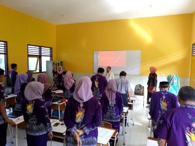 Menyanyikan Lagu Indonesia Raya 3 Stanza